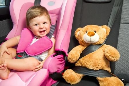 Ponga todos los medios para que los niños viajen seguros en el coche.
